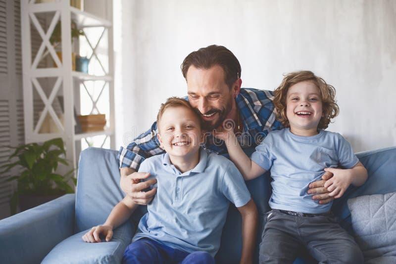 Le farsan och optimistiska ungar arkivbilder