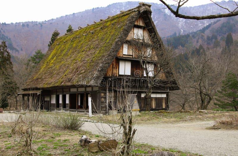 Le fattorie tradizionali famose di gassho-zukuri dentro Shirakawa-vanno villaggio, Giappone fotografia stock