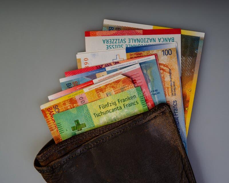 Le fatture svizzere della carta dei contanti sono nel vecchio portafoglio fotografie stock libere da diritti