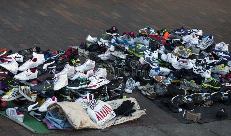 Le faux a stigmatisé des chaussures vendues sur un trottoir photo stock