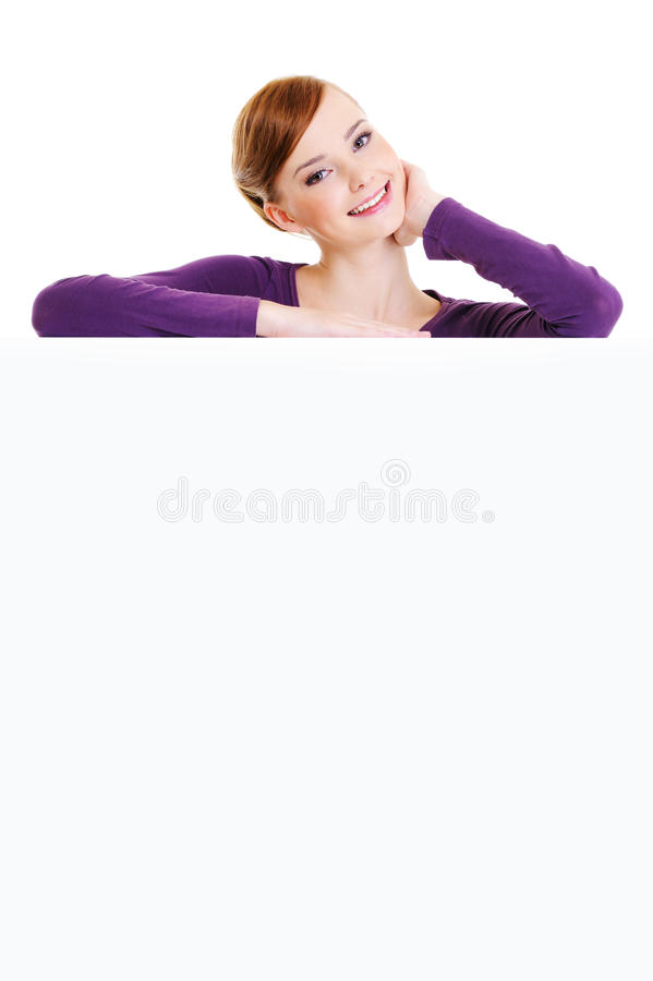le femalel de sourire est au-dessus d'un panneau de publicité photos libres de droits