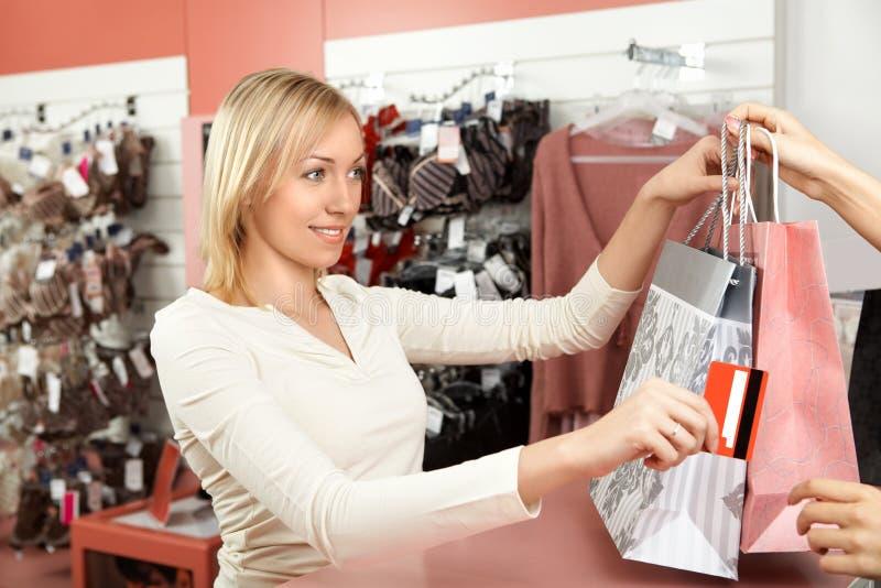 Le femme éponge dans une boutique photo libre de droits
