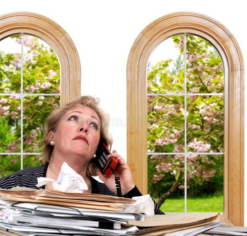Le femme était ennuyeux avec l'appel téléphonique photographie stock