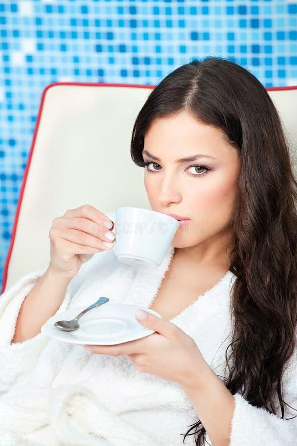 Le femme apprécient la cuvette de café au centre de station thermale photos stock