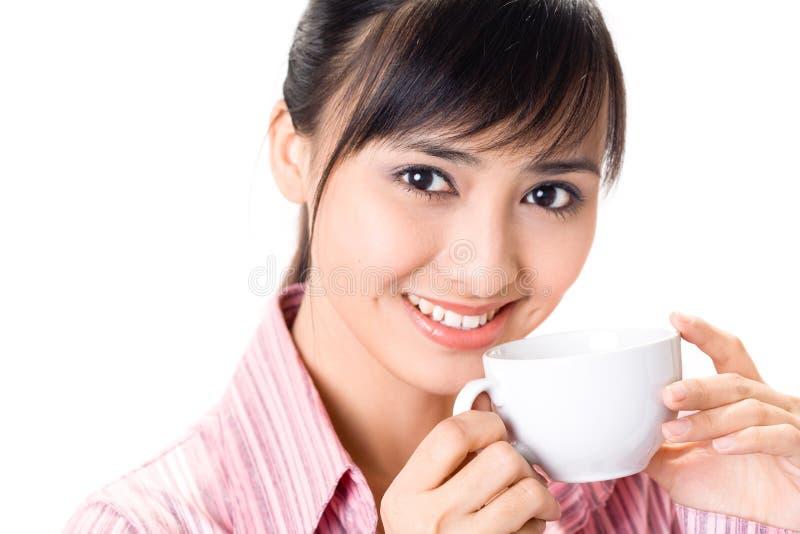Le femme asiatique ont une pause-café images stock