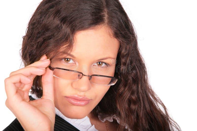 Le femme Brown-haired regarde au-dessus des glaces photos stock