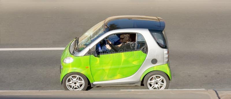 Le femme conduit mini intelligent intelligent photos stock