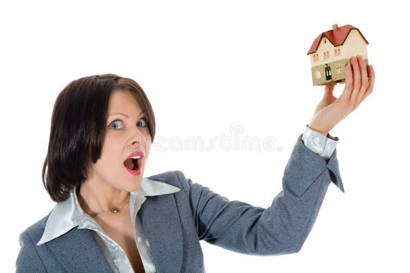 Le femme d'affaires annonce les immeubles photo libre de droits