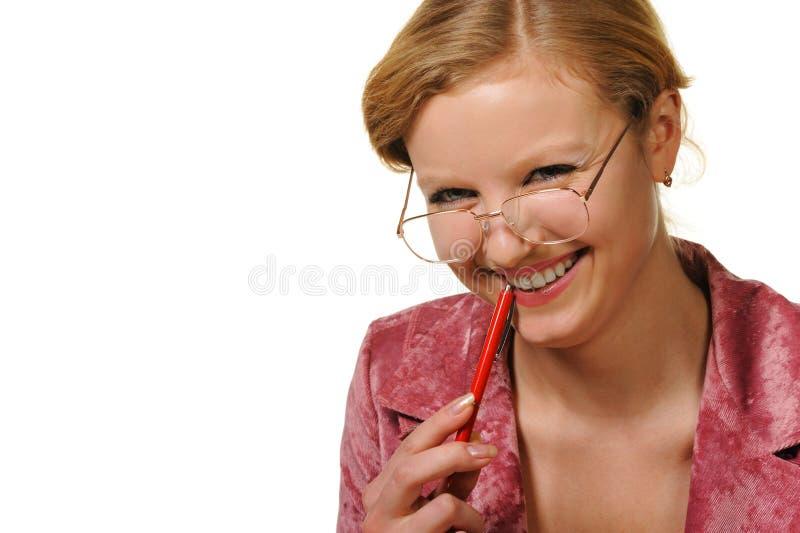 Le femme d'affaires en glaces et avec le crayon lecteur photographie stock