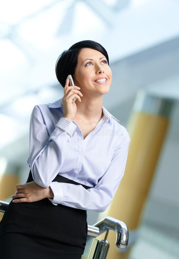 Le femme d'affaires parle au téléphone photographie stock libre de droits