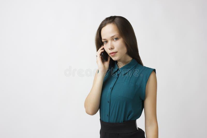 Le femme d'affaires parle du téléphone photo libre de droits