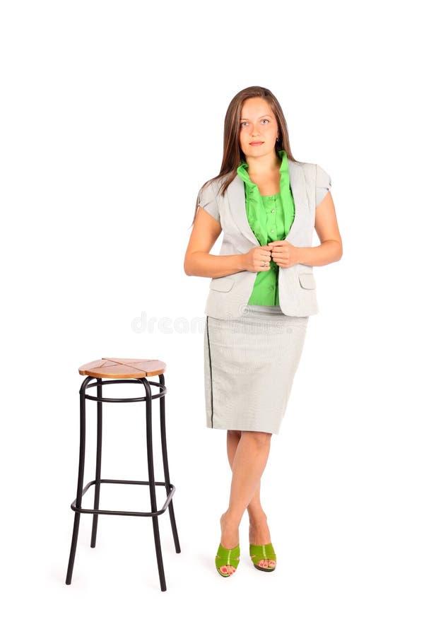 Le femme d'affaires reste près du tabouret grand image stock