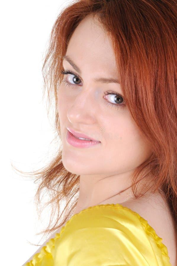 Le femme de sourire avec le rouge entendent dans une robe jaune photo stock