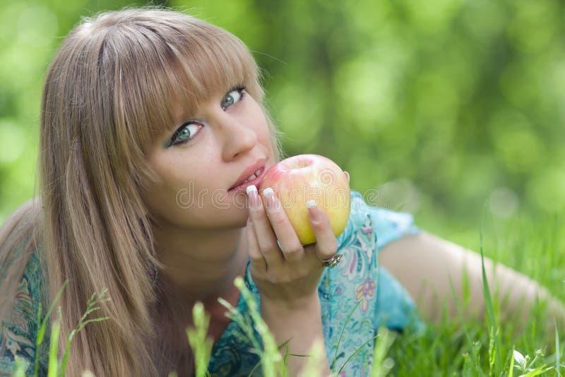 Le femme et une pomme photographie stock libre de droits