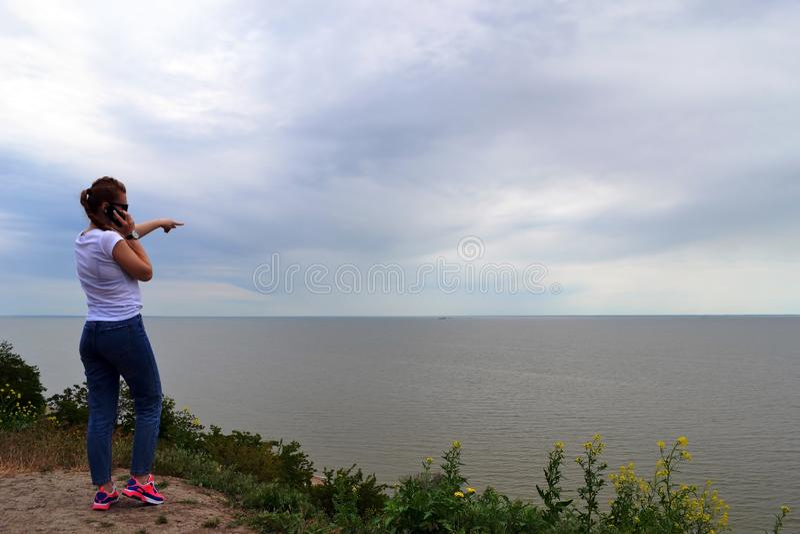 Le femme examine la distance photo stock