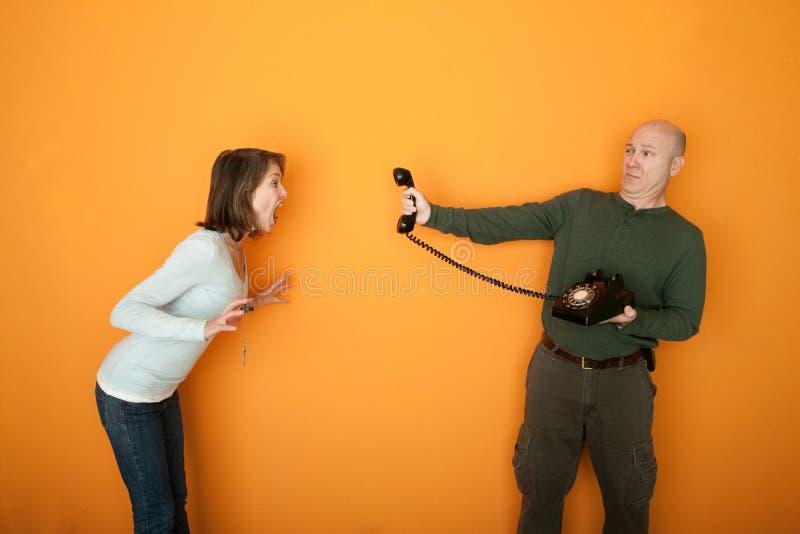 Le femme fâché hurle à un téléphone photos libres de droits