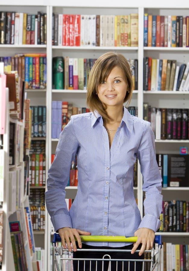 Le femme fait des emplettes dans une librairie image libre de droits