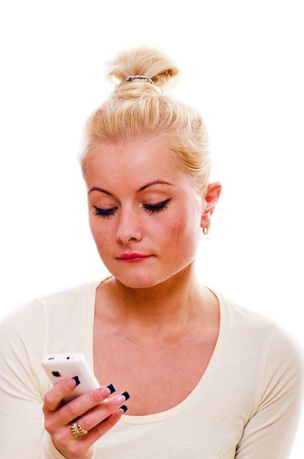 Le femme parle par un téléphone portable images stock