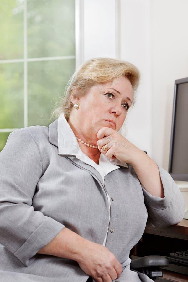 Le femme pense pour un instant image stock