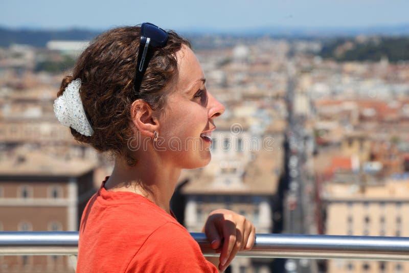 Le femme regarde Rome d'autel de patrie photo libre de droits