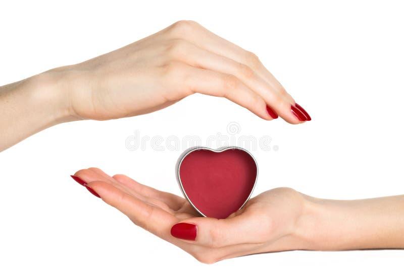 Le femme remet le coeur de rouge de fixation images stock