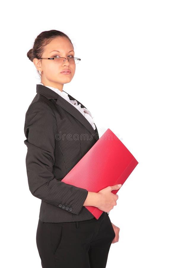 Le femme reste avec le dépliant rouge à disposition photo stock