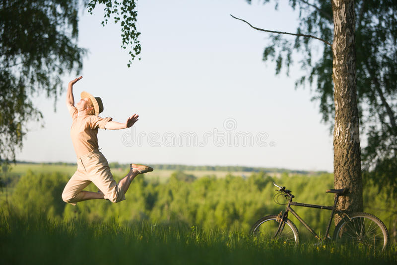 Le femme sautant à la nature image stock