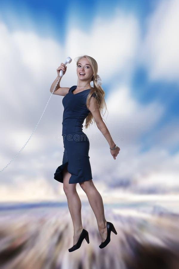 Le femme sautant dans le ciel image stock