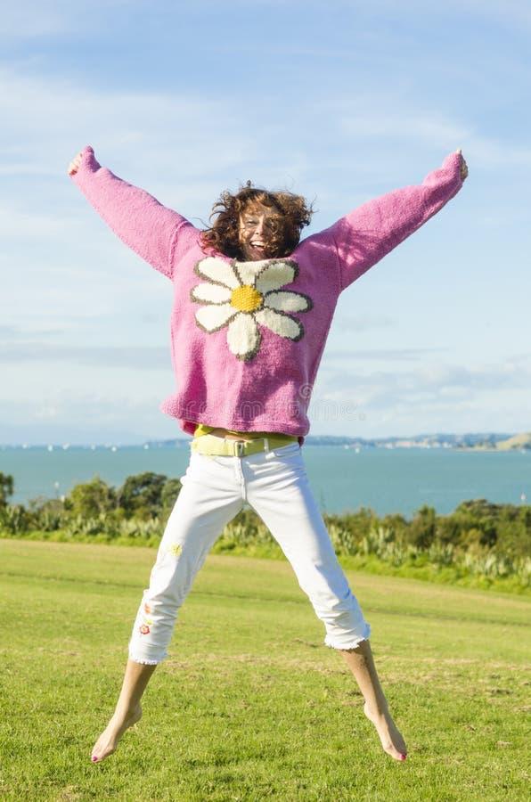 le femme sautant pour la joie photo libre de droits