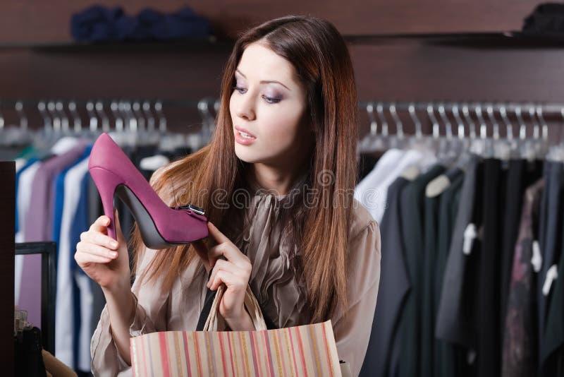 Le femme se demande à d'excellentes chaussures image stock