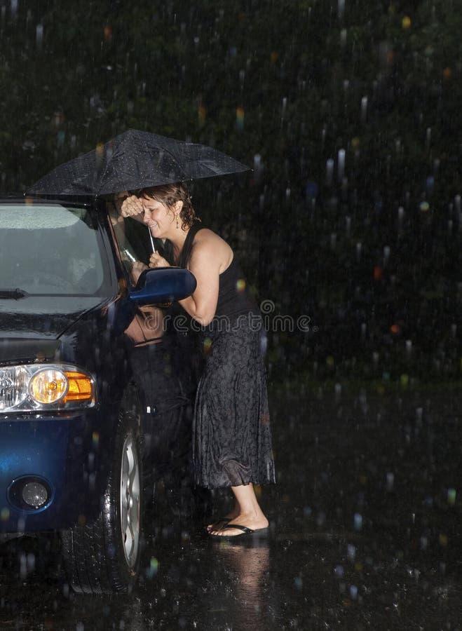 Le femme a verrouillé hors de son véhicule photos stock
