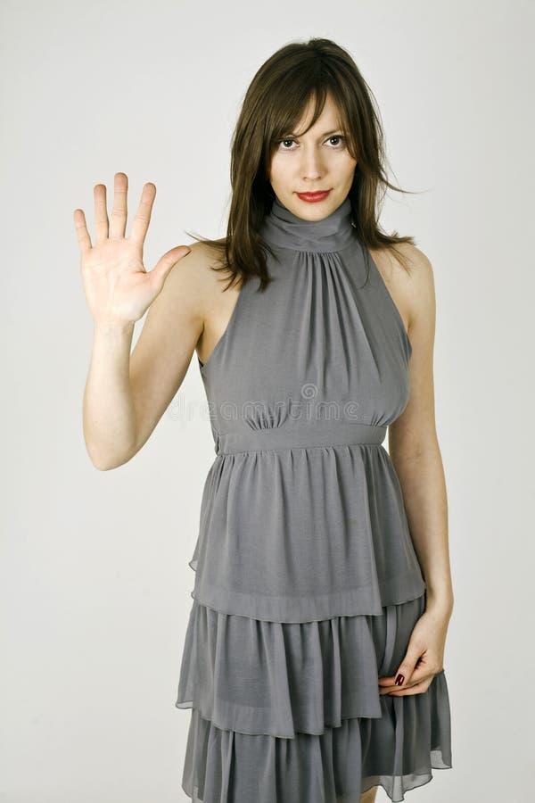 Le femme Well-dressed affiche le numéro cinq images libres de droits