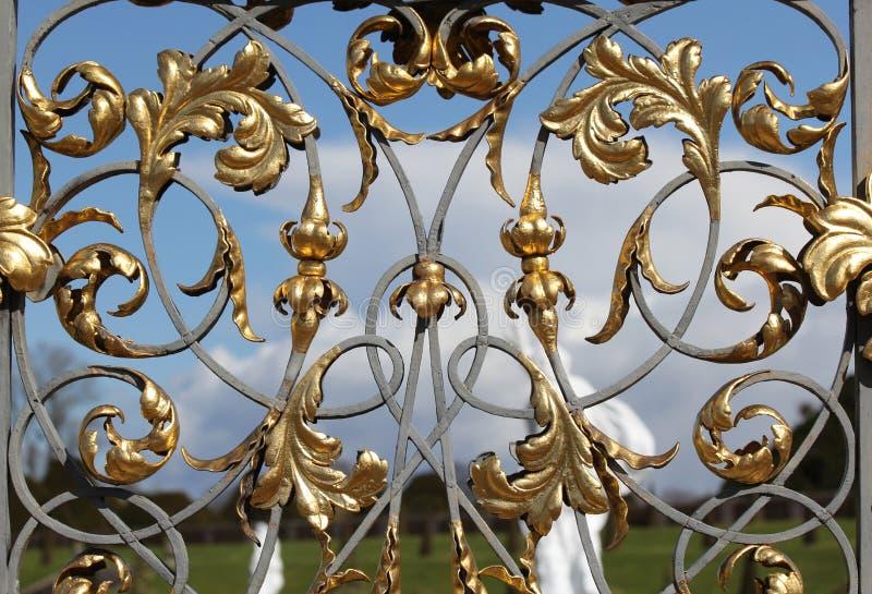 Le fer travaillé décoratif a doré des portes images stock