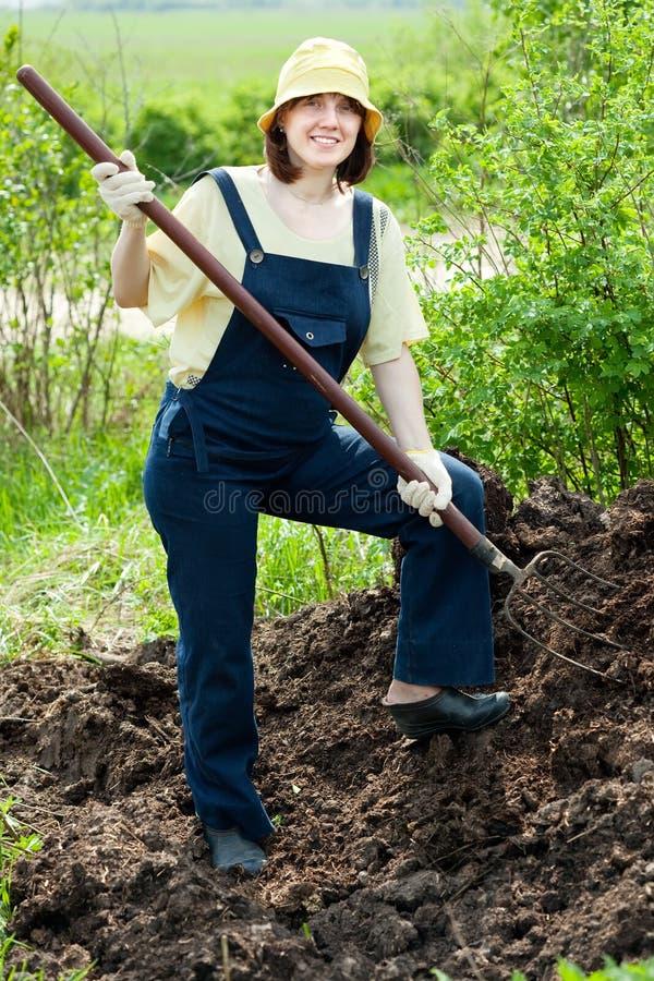Le fermier travaille avec l'engrais images stock