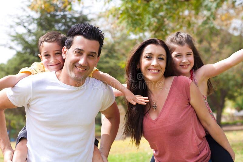 Le ferroutage aux enfants sur les parents desserrent photo stock