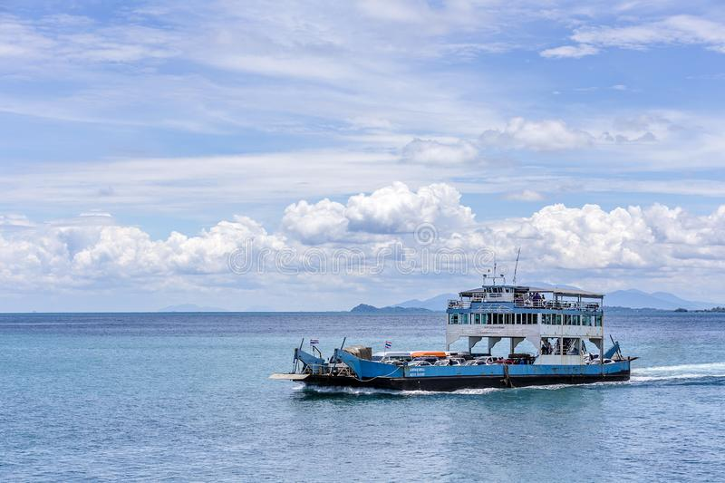 Le ferry-boat arrivant à l'île de Koh Chang du continent image libre de droits