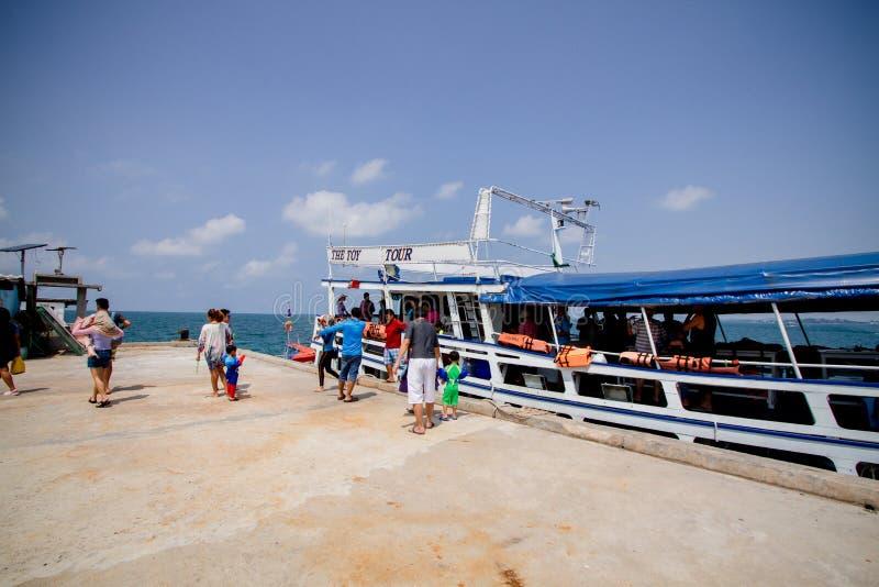 Le ferry-boat en bois s'accouplent au port image libre de droits