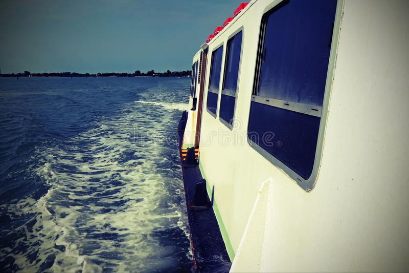 Le ferry-boat fonctionne speedly sur la Mer Adriatique avec l'effet de vintage photographie stock libre de droits