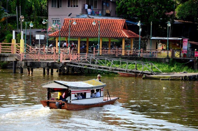Le ferry de rivière de bateau de sampan prend des banlieusards à travers la rivière Kuching Malaisie de Sarawak photo stock