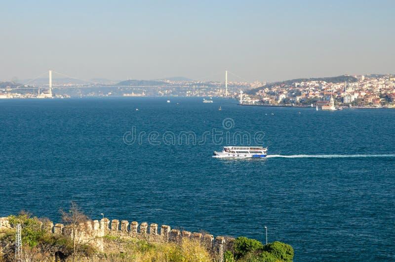 Le ferry embarque la voile à travers le klaxon d'or à Istanbul, Turquie images libres de droits