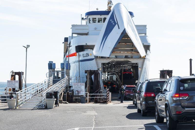 Le ferry Mary Ellen charge des voitures à Orient Point images stock