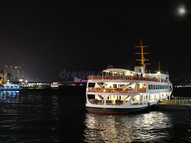 Le ferry s'est accouplé au pilier la nuit, Istanbul, Turquie image stock