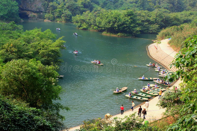 Le ferry se gare à un pilier pour des touristes visitant le Trang un complexe d'éco-tourisme, qui est une beauté complexe - paysa photo stock