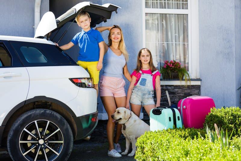 Le feste pronte della casa del bagaglio del bambino della ragazza del cane di Labrador delle valigie di vacanza di famiglia del s fotografia stock