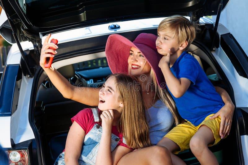 Le feste pronte della casa del bagaglio del bambino del ragazzo della ragazza delle valigie di vacanza di famiglia del sole dell' fotografie stock