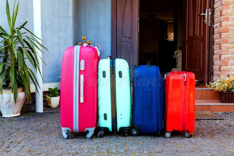 Le feste pronte rosa arancioni blu dell'automobile di famiglia dei bagagli dell'estate del sole della casa del bagaglio piantano  fotografie stock libere da diritti