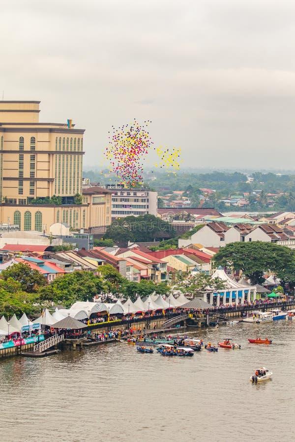 Le festival de l'eau de Sarawak Kuching, beaucoup de ballons sont libérés au ciel photos libres de droits
