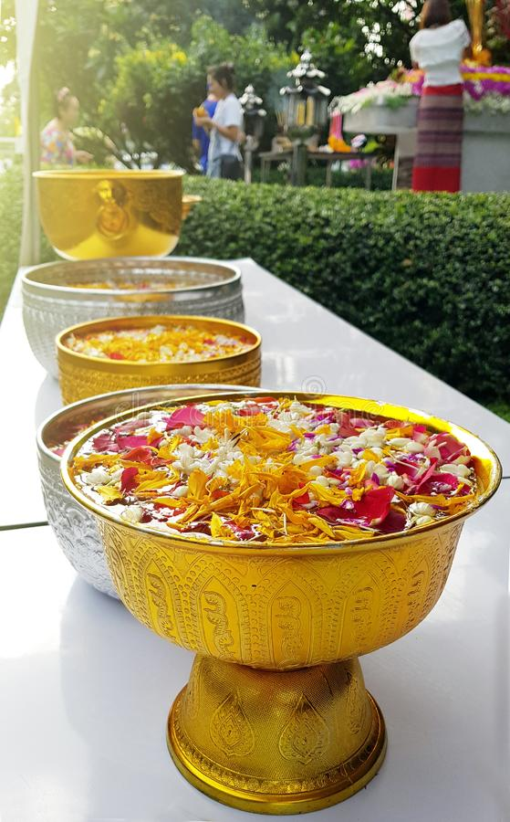 Le festival de Songkran avec de l'eau l'eau douce fraîche font se baigner une fleur de jasmin et ont monté fleur et aromatherap photographie stock