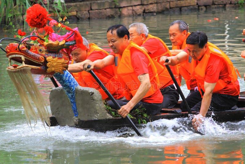 Le festival traditionnel chinois, Dragon Boat Festival que le bateau de dragon gagnera souligne images libres de droits