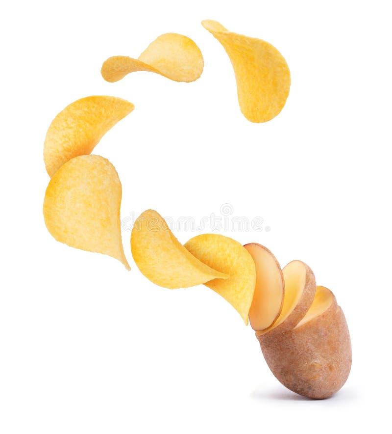 Le fette della patata si trasformano nei chip isolati su fondo bianco fotografie stock